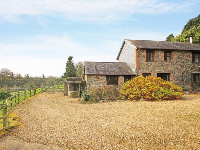LOWER WELL BARN, detached barn conversion, four-poster bed, woodburner, casa vacanza a Pillaton
