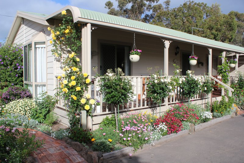 Homely cottage, relax indoors or on the verandah.