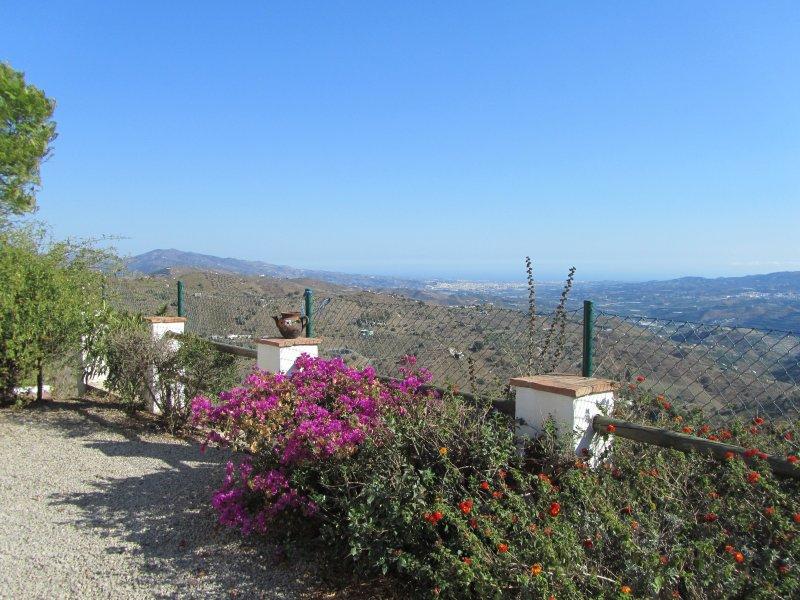 La vista desde su terraza al mar y las ciudades costeras de Vélez Málaga y Torre del Mar.
