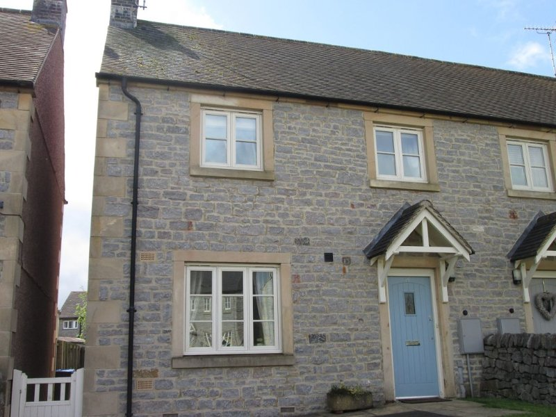 Modern semi detached holiday cottage in Waterhouses with countryside views, alquiler vacacional en Butterton