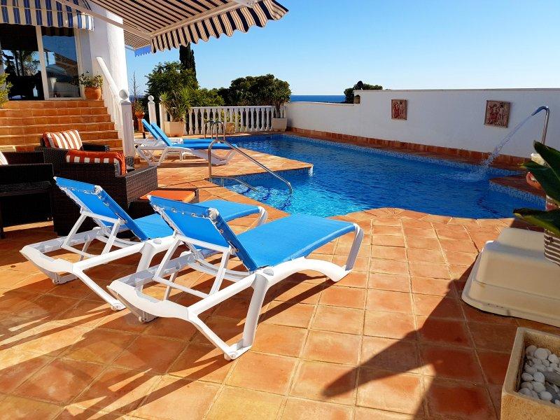 otra vista de la terraza de la piscina completa con muebles nuevos para el 2018