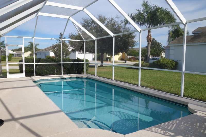 Beautiful 3 bedroom villa with private pool and lake view, vacation rental in Bradenton
