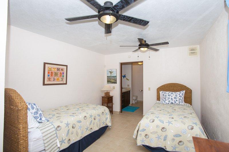 El 3er dormitorio tiene dos camas para huéspedes que se pueden configurar como un rey también.