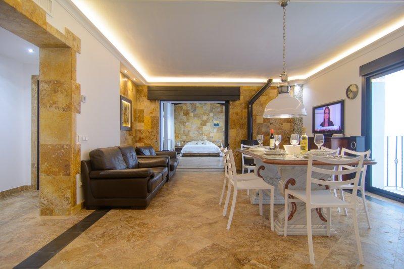 sofás de couro na sala de estar com TV de tela plana