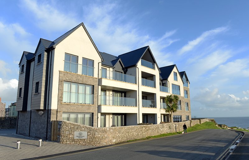 Exclusive New Luxury Apartment , 2 Minutes to Beach, Fantastic Sea Views, Ferienwohnung in Tenby