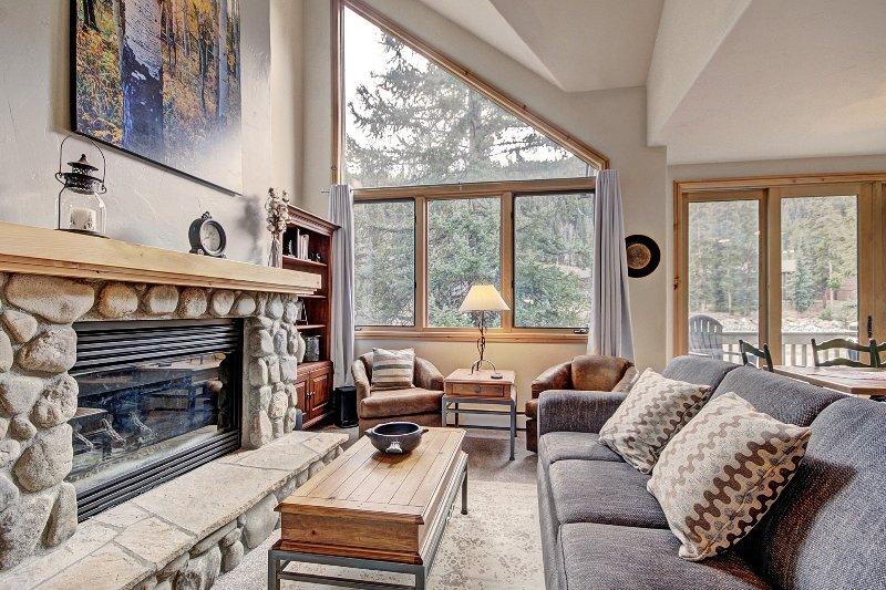 """SkyRun Propriedade - """"2985 Ironwood Townhomes"""" - Sala - Aproveite a inundações luz natural através das grandes janelas na sala de estar."""