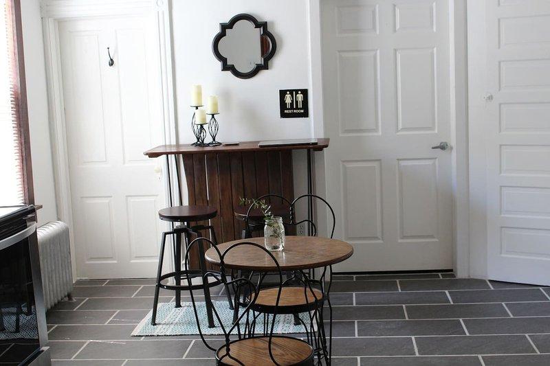 bar avec tabourets de bar pivotant, table de café, chaises