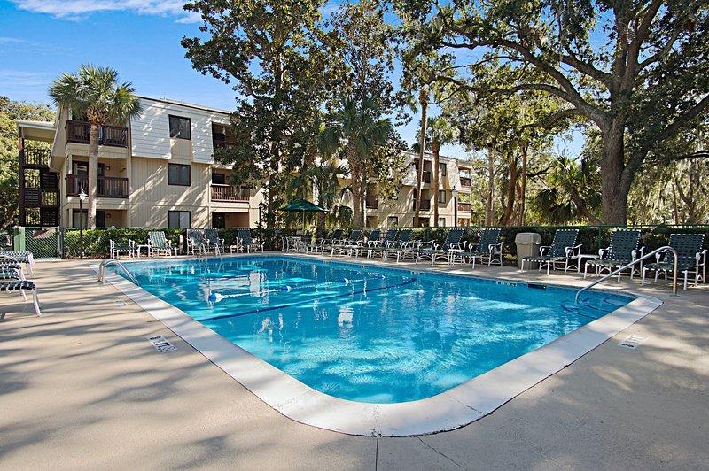 Esperamos muitos piscina dias perfeitos descansando ao lado da piscina da comunidade.