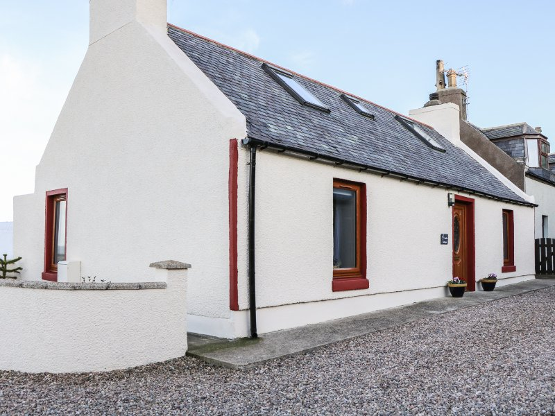 JADE COTTAGE, charming, enclosed garden, sea views, in Macduff, Ref. 969910, vacation rental in Macduff