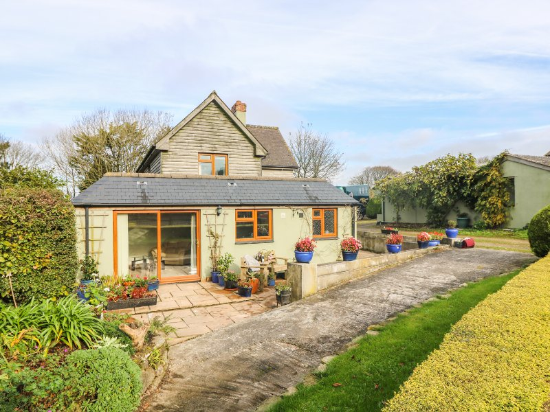 MANEGE COTTAGE, country retreat in pretty shared garden, short drive to, holiday rental in Mithian