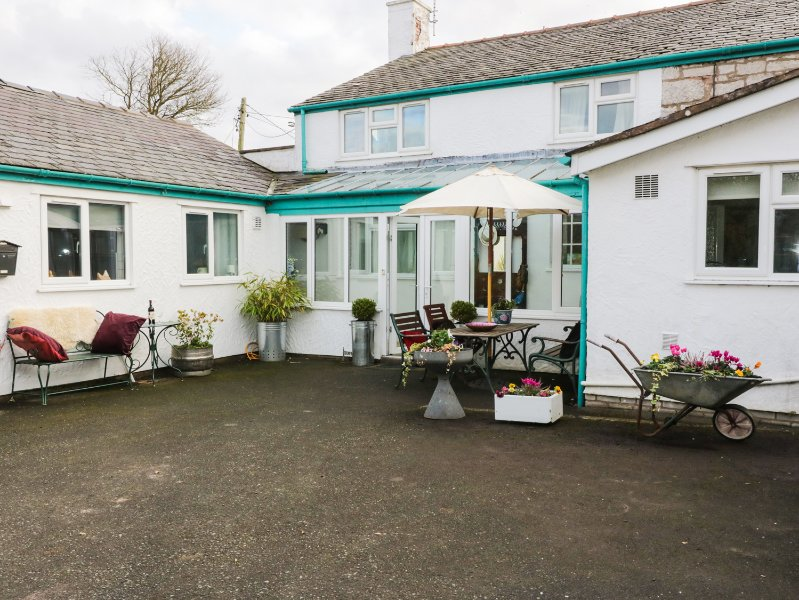 BRWYN, next to Holywell Golf Course, Holywell 1 mile, conservatory with garden, vacation rental in Bagillt