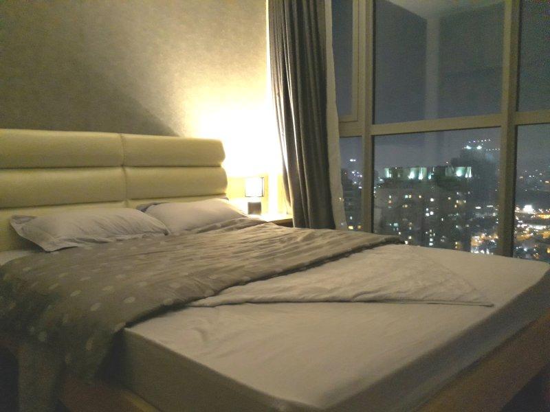 La chambre principale a une vue large de vue sur la ville baisse.