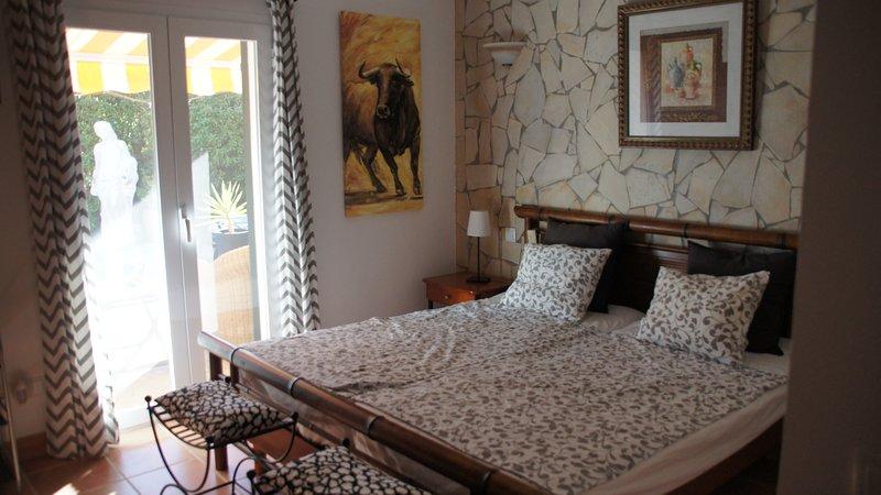 Schlafzimmer 1 Poolseite mit Bad en Suite