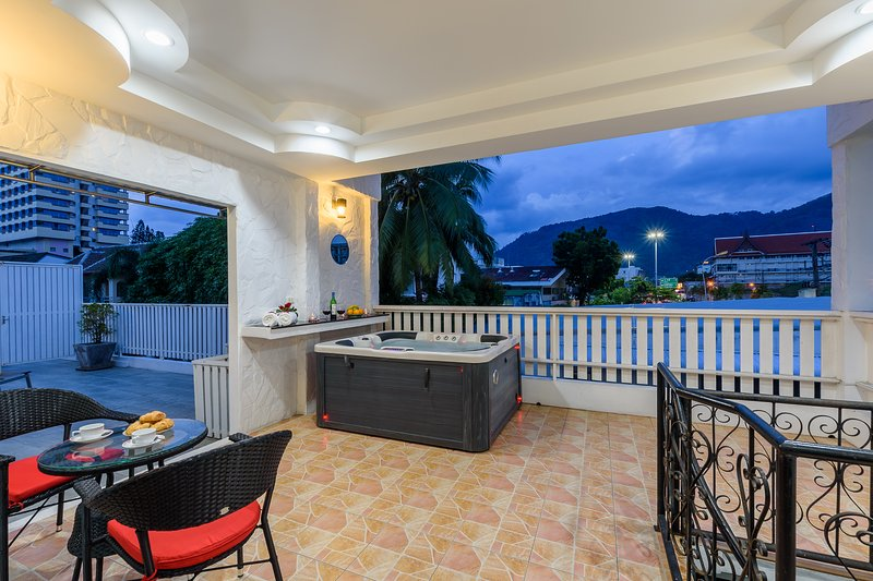 Patong private Jacuzzi house 6 minutes walk to beach ,Bangla road, vacation rental in Patong