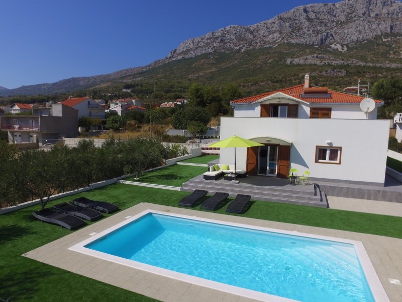 Luxury Apartment with 4 bedrooms and Pool, location de vacances à Kastel Sucurac
