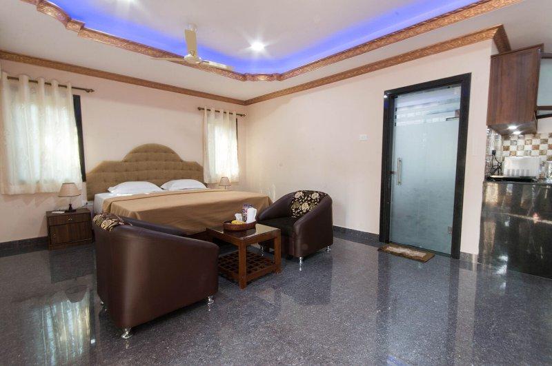 Espaçoso apartamento com quarto bem iluminado, sofás, varanda, ar condicionado, máquina de lavar roupa