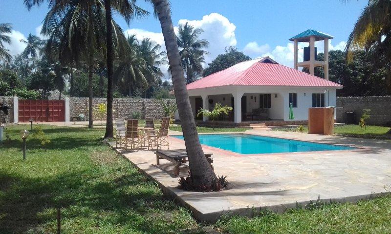 rustig gelegen private cottage voor 4 pers met groot zwembad, holiday rental in Ukunda