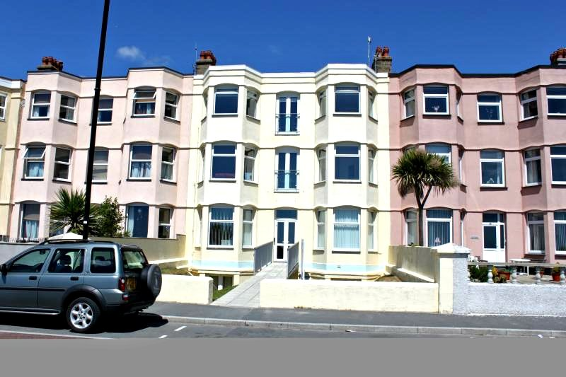 Beachfront Apartment, Top Floor - Stunning Views, location de vacances à Pwllheli