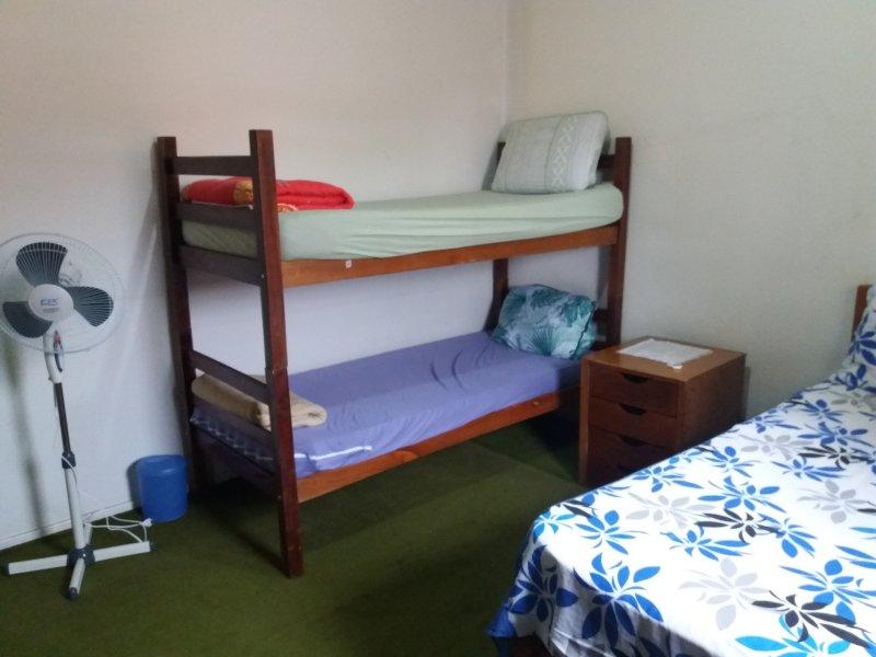 habitación azul 4 personas, 1 cama litera y bufandas cama doble, toallas, closet, ventilador. gran