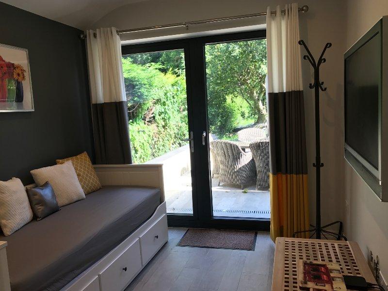 Uitzicht op de tuin Living Room met een slaapbank, een keer uitgetrokken wordt een dubbel bed, geschikt voor 2 volwassenen