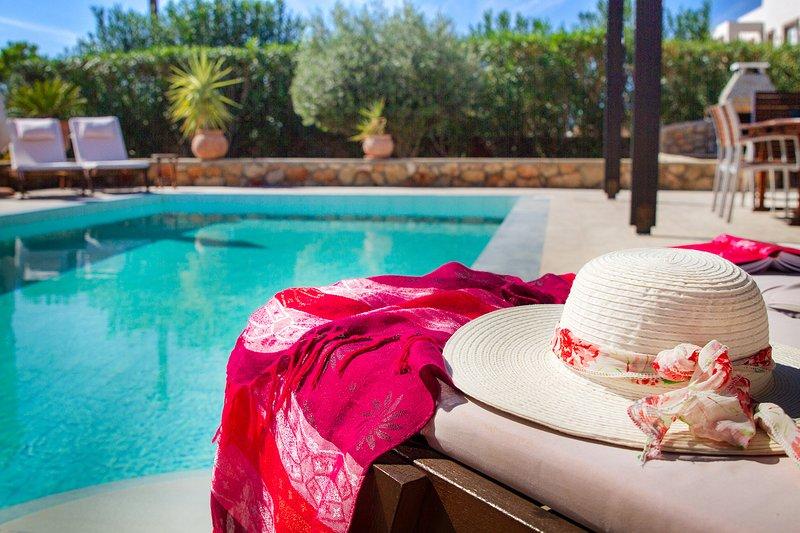 Notre terrasse de la piscine de la villa est spacieuse et paisible, la piscine elle-même est parfait pour une baignade rafraîchissante!