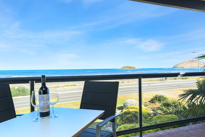 Granite Views - Franklin Beachfront Apartment- WiFi, holiday rental in Encounter Bay