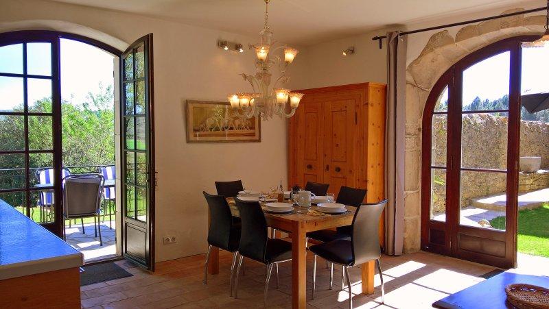 Livello inferiore: 35m² angolo cottura e pranzo con accesso diretto ai giardini e cortile.