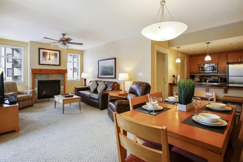 Mesa de jantar de 6 cadeiras e vista da cozinha completa