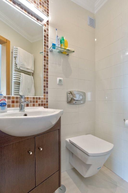 Faro Modern Bedroom Set: Fabulous 2 Bedroom Modern Apartment With Communal Pool