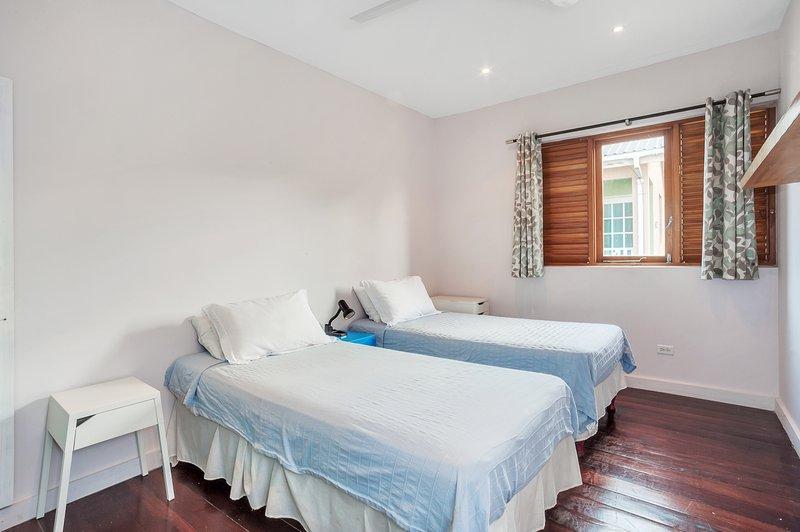 3- dormitorio dos camas individuales que se convierten en una amplia cama de 6' Super King