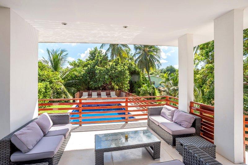 terraço com sombra, com vista para a piscina