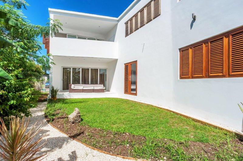 terraza lateral y el jardín