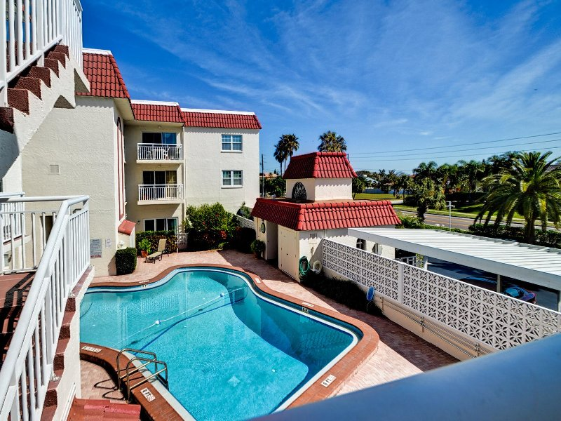 Sereno Del Sol 207 Condo with Beach Access and Heated Pool, vacation rental in Belleair Beach