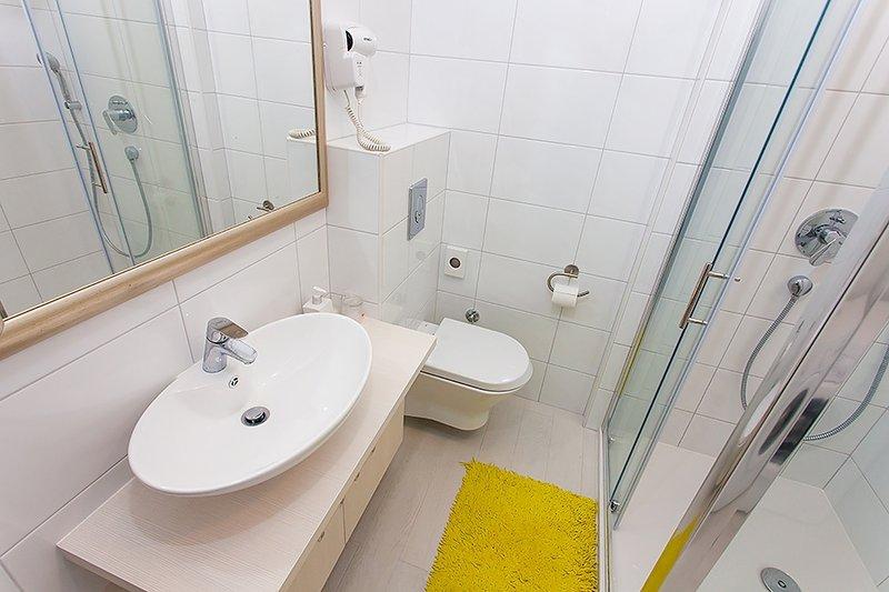 Verde (4): baño con inodoro.