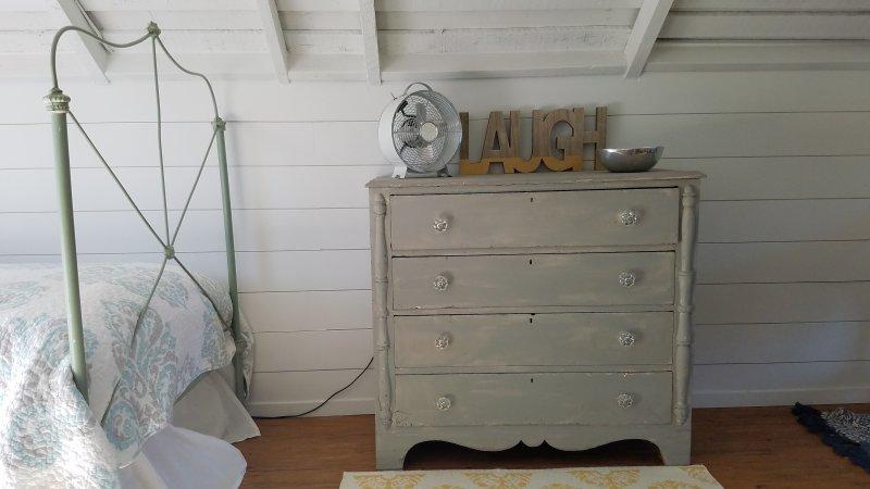 Dieses schöne Schlafzimmer im Dachgeschoss ist mit Vintage-Elementen und einem Hauch von Nautik dekoriert!