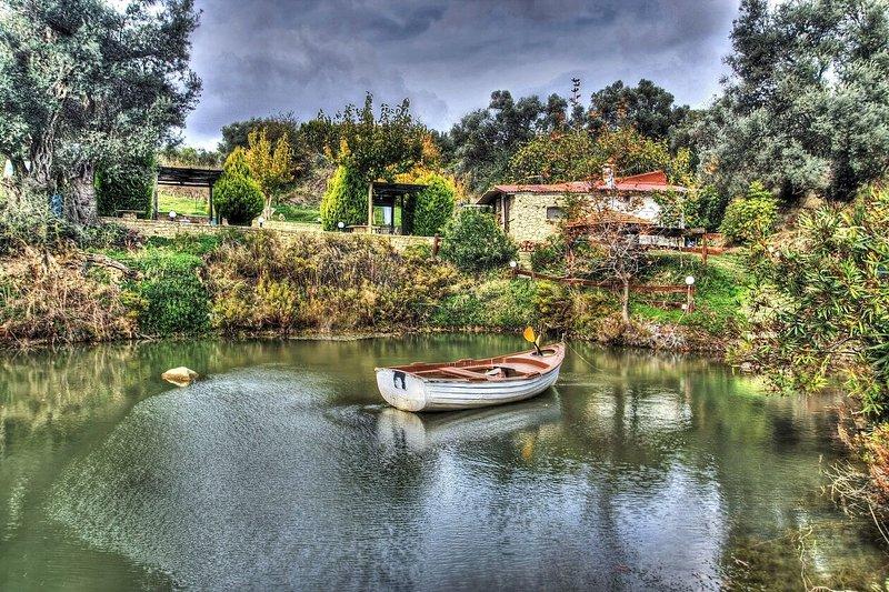 CRETAN TRADITIONAL LAKE HOUSE WITH STUNNING VIEWS, holiday rental in Agios Vasileios Municipality