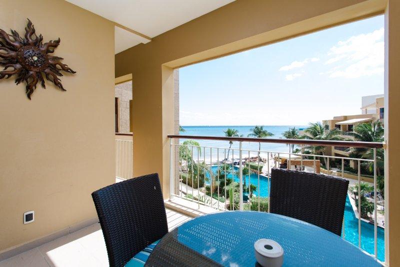 Beautiful 2 BDR condo at El Faro Playa downtown, location de vacances à Playa del Carmen