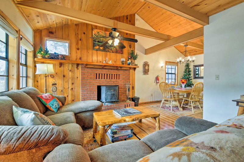 Big Bear Cabin w/Private Deck+Hot Tub near Resorts, alquiler de vacaciones en Moonridge