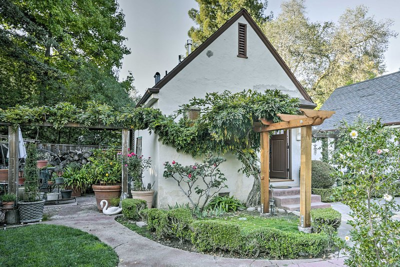 Updated Menlo Park English Tudor Garden Cottage!, aluguéis de temporada em Atherton