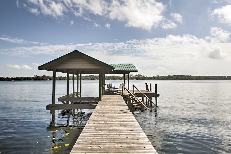 Waterfront Pomona Park Home w/Dock on Lake Broward, vacation rental in Satsuma