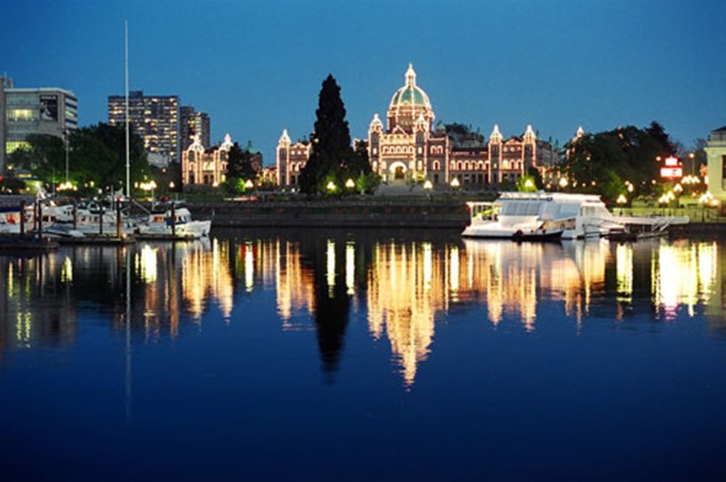 El cercano legislativo Columbia Británica - una orilla a pie.