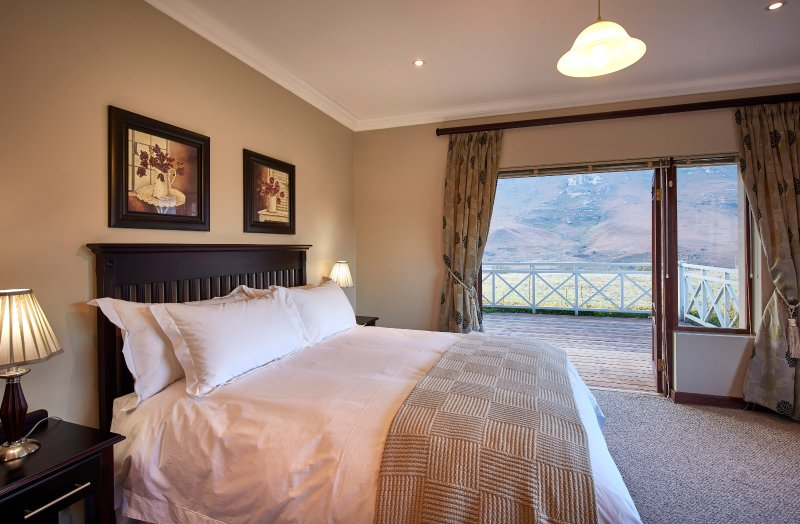 1 luxury en-suite bedroom with mountain views next to Golden Gate Reserve, vacation rental in Free State