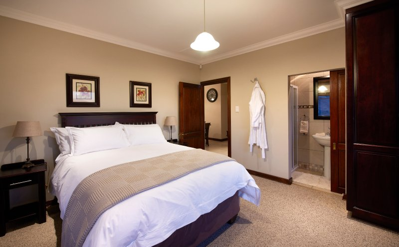 1 Std bedroom en-suite house with mountain views next to Golden Gate Reserve, vacation rental in Free State