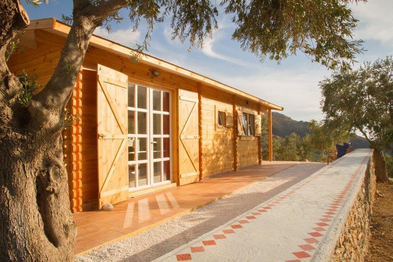 Charmante Holz Eco-Haus im Olivenhain, umgeben von Bergen, fernen Meerblick