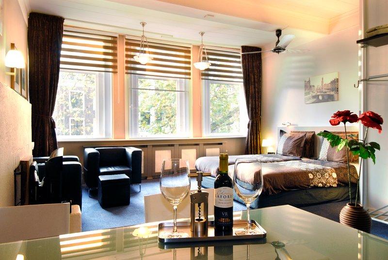 Luxueus appartement met uniek uitzicht op de Oudegracht, vacation rental in Utrecht