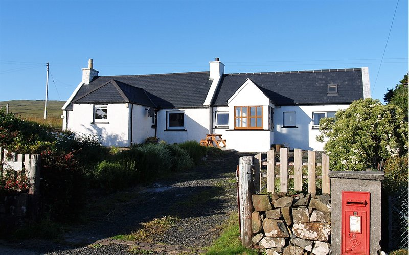 Burnside Cottage - with stunning sea views towards the Outer Hebrides, holiday rental in Waternish