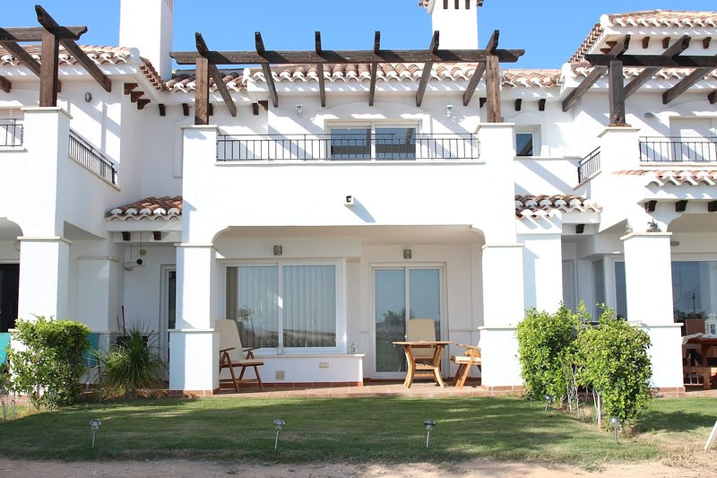 You will LOVE our stunning Town House, with shared pool, free Wifi & AC – semesterbostad i Roldan