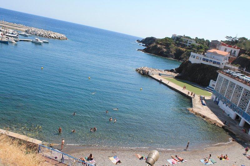 plage centrale, douche, pontons, club de plongée, kayaks...