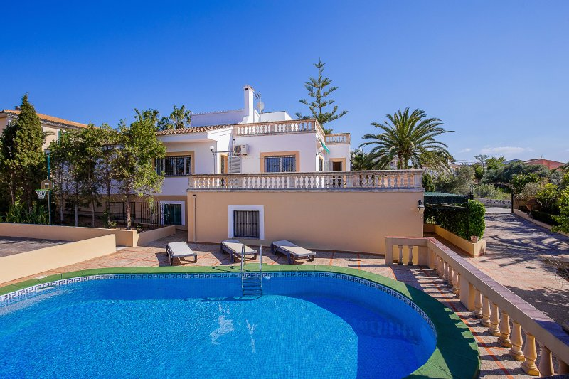 Villa con piscina privada cerca del mar, holiday rental in Puig de Ros