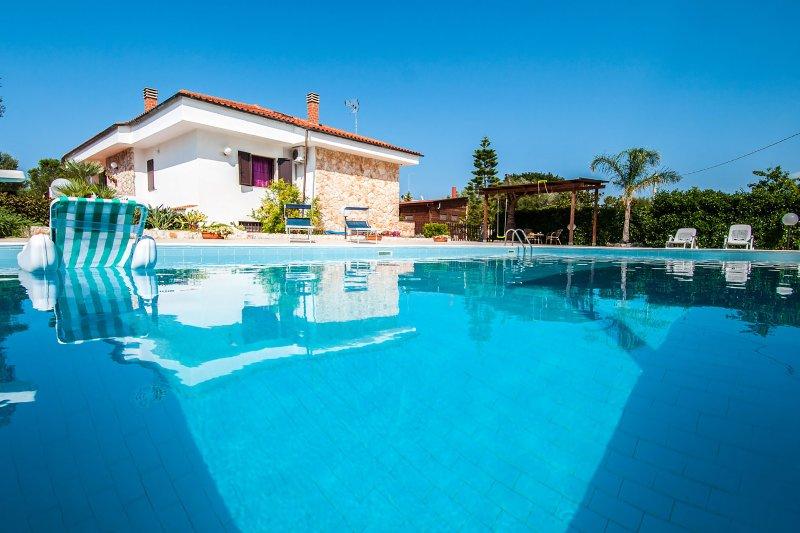 Spacious Villa with Pool in Puglia for 8 people, Ferienwohnung in Polignano a Mare